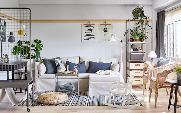 Le canapé d'angle SANDBACKEN en Lofallet beige et parfait pour un petit salon. Combiné avec deux fauteuils en rotin AGEN et une table basse sur roulettes LALLERERÖ, pour une solution flexible.