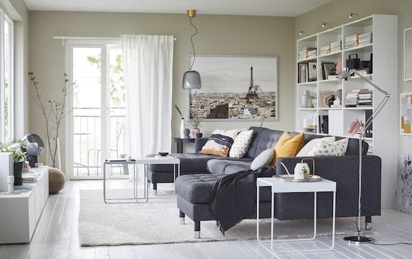Le canapé IKEA LANDSKRONA en Gunnared gris foncé peut accueillir cinq personnes, avec deux méridiennes en plus. Ses pieds en acier chromé apportent une touche de modernité au séjour.