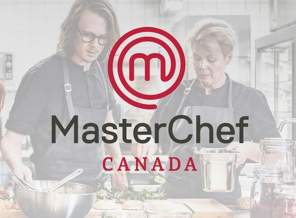 Le logo de MasterChef Canada. En arrière-plan se trouvent deux chefs qui s'activent dans la cuisine.