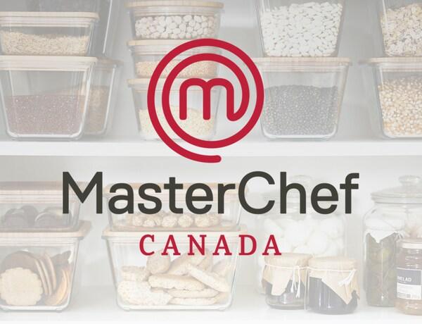 Le logo de MasterChef Canada. Plusieurs contenants alimentaires IKEA 365+ contenant des aliments sont placés sur les tablettes d'un garde-manger.