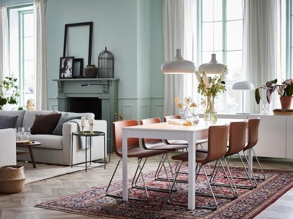 Le luxe mais à un prix abordable. La table extensible IKEA EKEDALEN et les chaises en cuir brun BERNHARD créent une combinaison de salle à manger moderne.