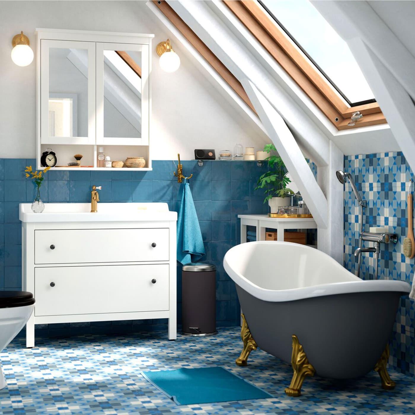 Le meuble lavabo IKEA HEMNES/RÄTTVIKEN, équipé du mélangeur HAMNSKÄR, crée un look net et agréable dans la salle de bain, et renferme un vaste espace de rangement.