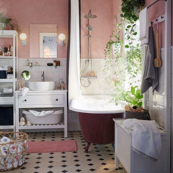 Le meuble lavabo ouvert blanc IKEA HEMNES est doté d'une tablette dans le bas, où ranger et saisir facilement serviettes et articles de toilette. On peut même y ranger la baignoire de bébé!