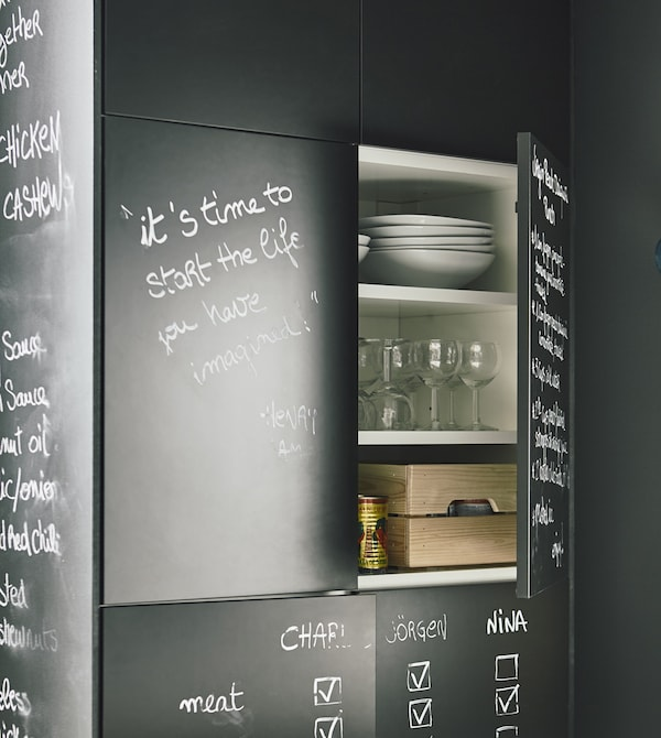 Le mobilier multifonction est idéal si l'on veut gagner de la place. IKEA propose un vaste choix de produits ingénieux, comme des armoires de cuisine avec des portes avec revêtement tableau noir, qui servent aux listes de courses et au rangement.