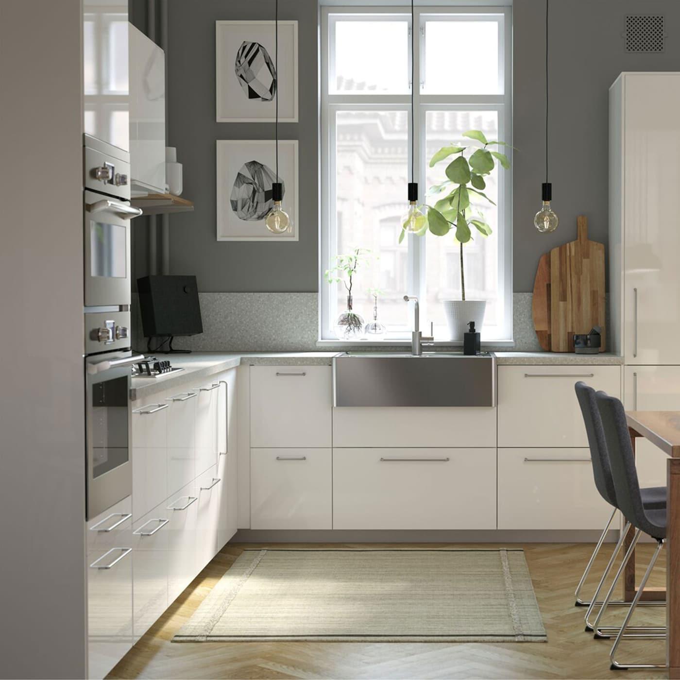 Le nostre cucine includono elementi dal design moderno, come il lavello in acciaio inossidabile BREDSJÖN e il miscelatore per lavello con sensore TÄMNAREN - IKEA