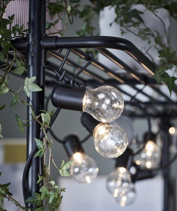 Le pratiche illuminazioni a LED creano la giusta atmosfera anche in casa, scoprile come decorazione della rastrelliera di VADHOLMA - IKEA