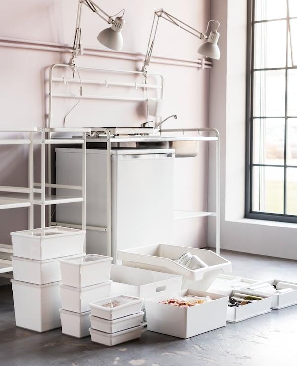 Le scatole con coperchio KUGGIS, realizzate in resistente plastica bianca, sono perfette per riporre gli utensili della cucina al momento del trasloco - IKEA