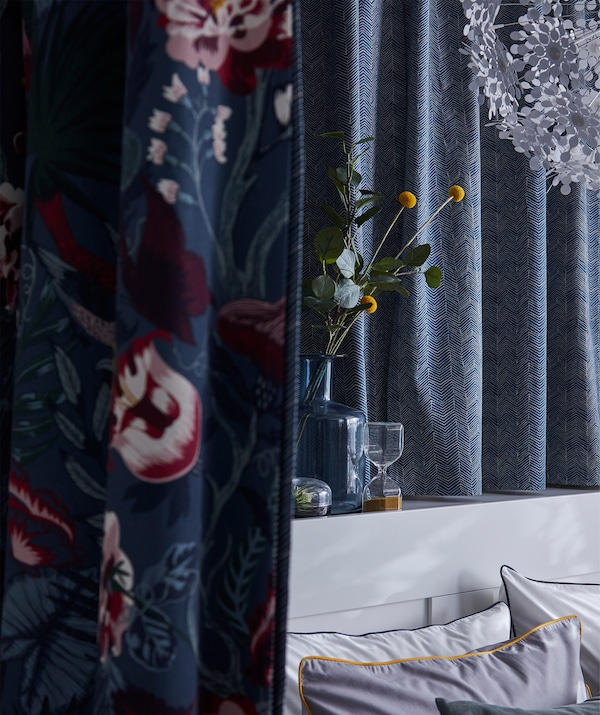 Le tissu IKEA ILDRID aux subtils motifs graphiques bleu et beige recouvre un mur.