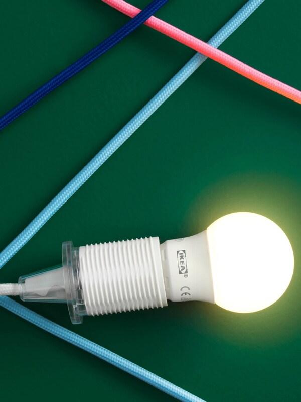 LED žárovka na zeleném podkladu