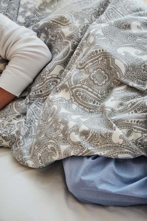 Lenjerie de pat în diferite culori, stiluri și materiale.