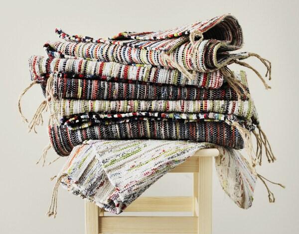 Les chutes de tissus de notre production de linge de lit deviennent de belles lirettes multicolores IKEA TÅNUM. Créer à partir de ce que nous avons déjà, c'est ce que nous essayons de faire lorsque nous développons un nouveau produit.