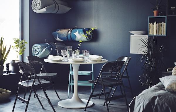 Les coins repas ne doivent pas nécessairement être formels et statiques. Avec quelques chaises pliantes, une table réglable et des matelas souples enroulés à portée de main (au mur), vous créerez aisément un coin repas qui vous convient.