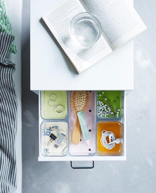 Les compartiments du tiroir simplifient l'organisation des petits objets.