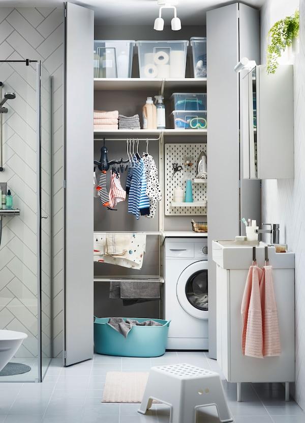 Les étagères IKEA BOAXEL et le lavabo LILLÅNGEN font bon ménage pour créer une solution de salle de bain et de buanderie, même dans le plus petit des espaces.