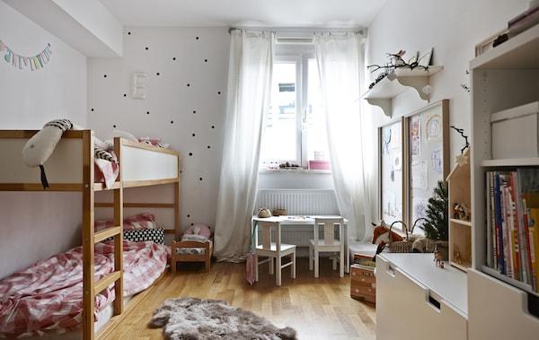 Les lits superposés sont parfaits pour des frères et sœurs qui partagent une chambre.