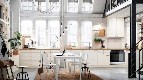 Les portes et façades de tiroir VEDDINGE blanches sont le canevas parfait pour laisser libre cours à votre personnalité.