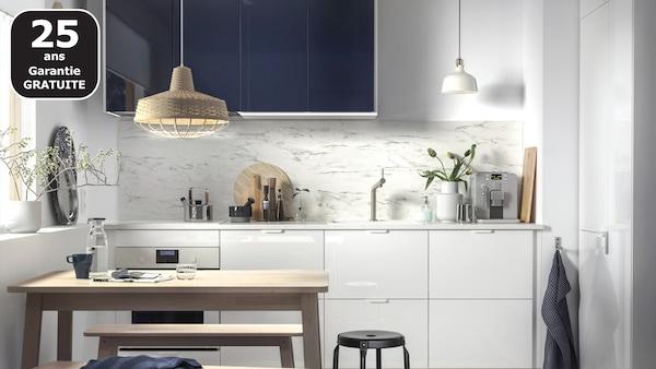 Les tiroirs IKEA RINGHULT et les faces de portes JÄRSTA en bleu-noir brillant donnent un look moderne à la cuisine, quelle que soit sa taille.