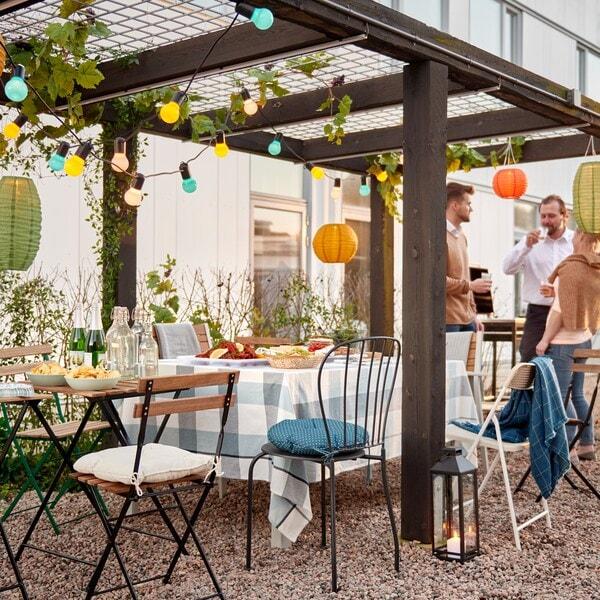 L'estate è la stagione ideale per mangiare all'aperto