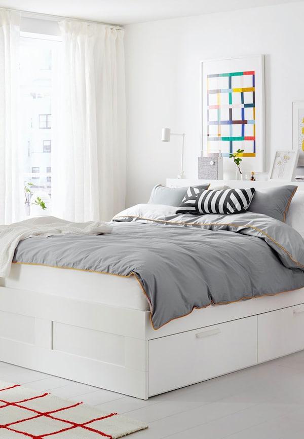 Letto matrimoniale con piumone grigio e cuscini - IKEA