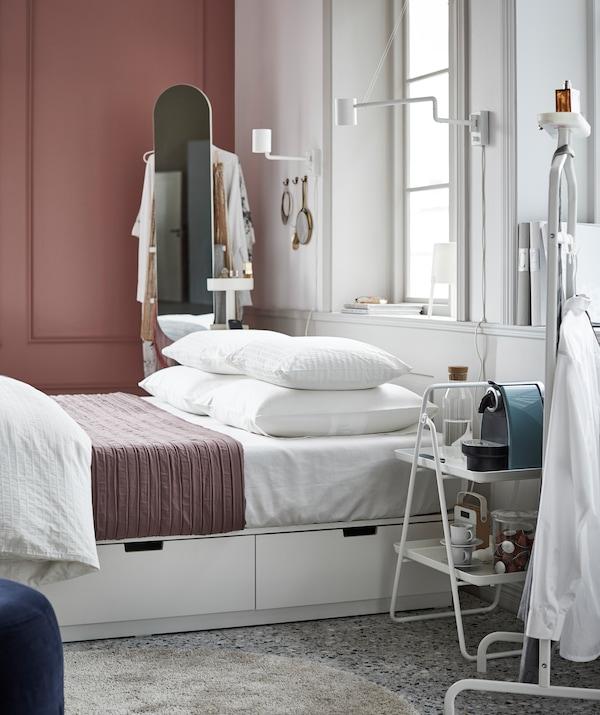 لهؤلاء الذين يحبون غرفة النوم بالغة التنظيم، هيكل السرير NORDLI من ايكيا مصمم بتخزين مدمج ويعد الاختيار المثالي.
