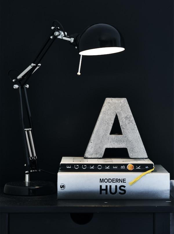 Libri e una lampada su un comodino - IKEA