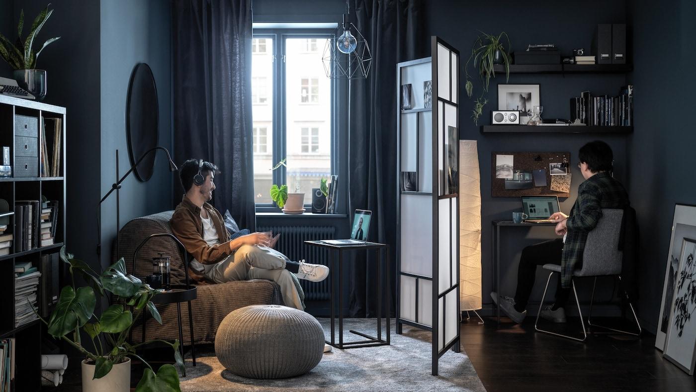 Lien vers «Idées de paravents pour un espace de travail privé et productif à domicile» – image de deux personnes qui travaillent dans une pièce avec un paravent entre les deux.