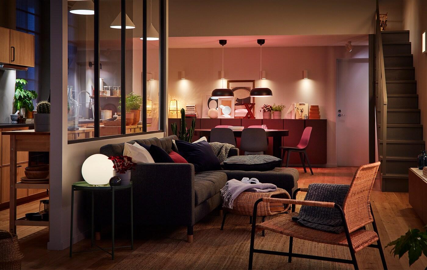 Lien vers le billet de blogue IDÉES «Quatre façons de mettre l'ambiance qu'il faut avec des lumières à DEL» – image d'un grand espace à aire ouverte, éclairé de sources de lumière multiples.