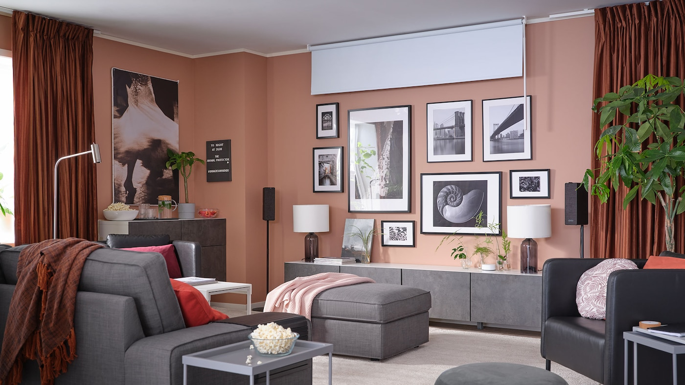 Lien vers Maintenant à l'affiche dans un salon près de chez vous – image d'un salon avec une galerie murale et des stores opaques.