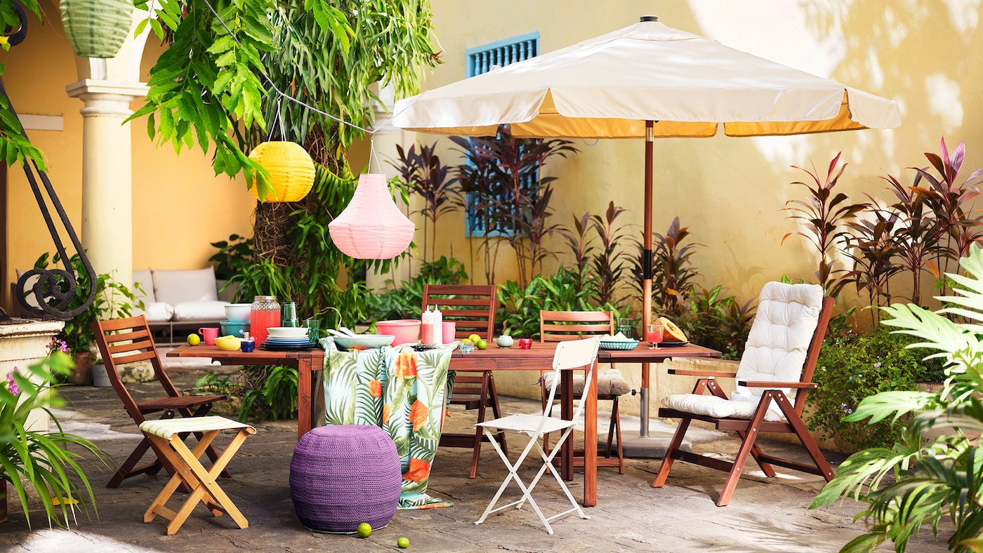 Lien vers «Trois styles pour votre oasis extérieure» - image d'un espace extérieur avec des meubles en acacia.
