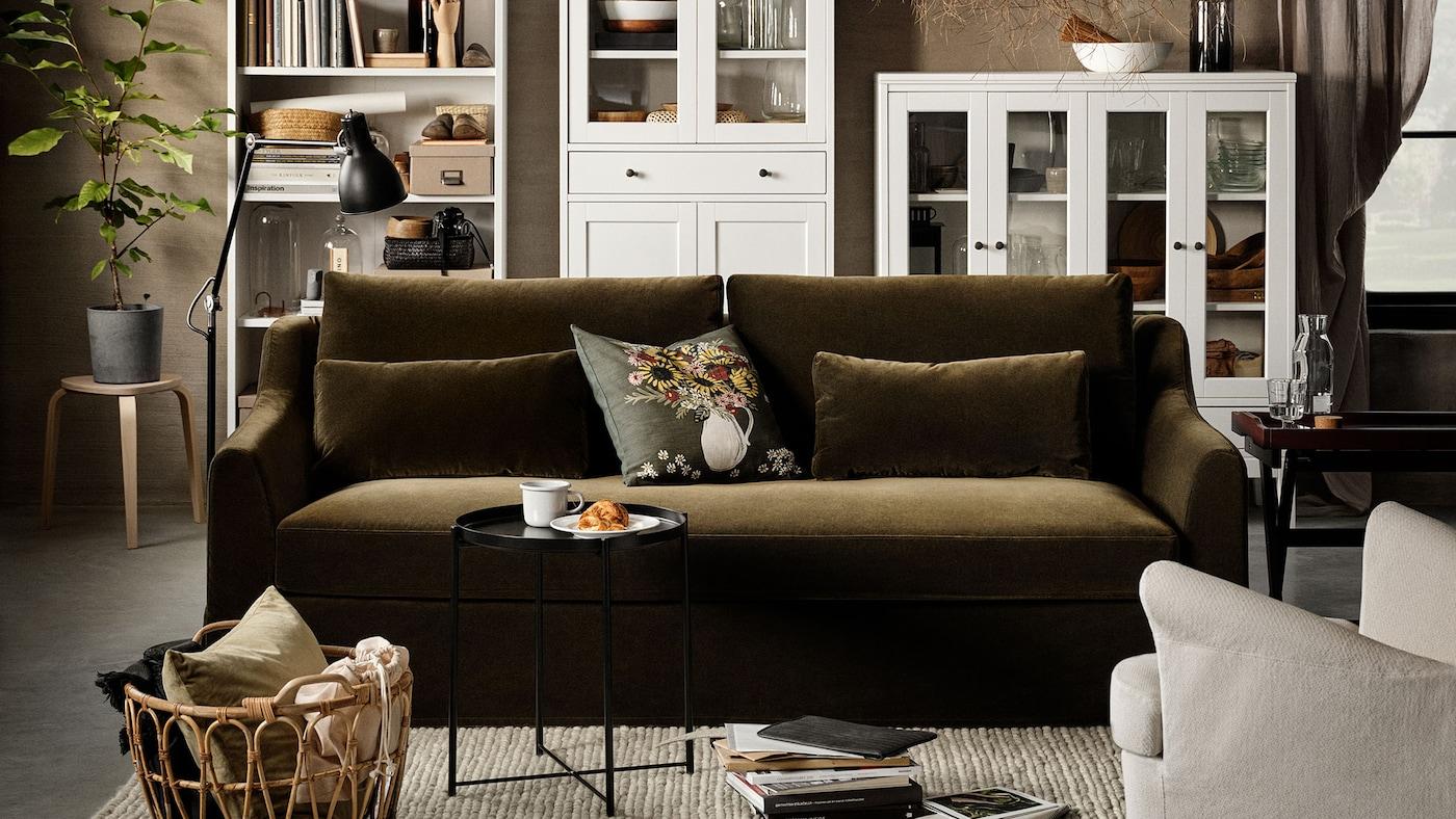Lien vers Un salon paisible inspiré par la nature – image d'un salon avec un canapé en velours vert olive et des accessoires aux textures naturelles.