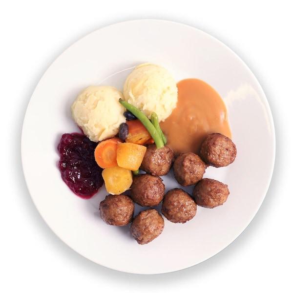 Lihapyörykät perunamuusilla, kermakastikkeella, puolukkahillolla ja kauden kasviksilla