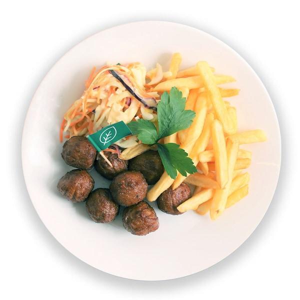 Lihattomat kasviproteeinipyörykät, cole slaw salaatti, ranskalaiset perunat