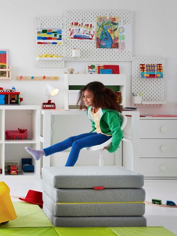 Liikkuminen tukee oppimista. LOBERGET-lasten työtuoli tarjoaa tukea ja tilaa liikkeelle.