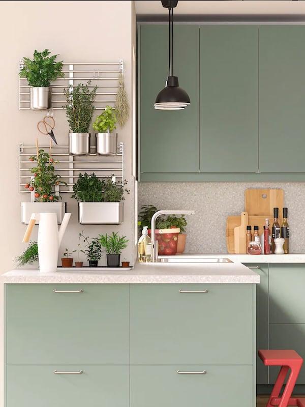 L'îlot, les éléments et les étagères ouvertes IKEA VADHOLMA associés aux façades de porte LERHYTTAN créent un style rustique dans la cuisine tout en lui apportant une touche de modernité.