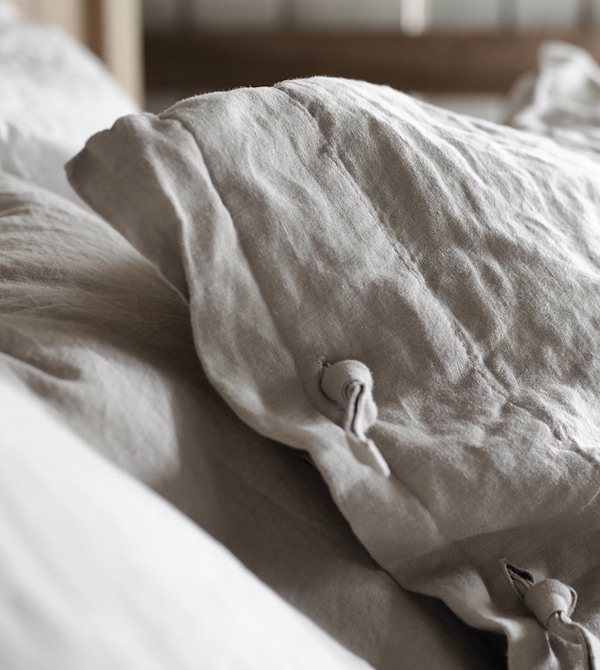 Linen pillow cases have a rustic look that becomes more beautiful over time. PUDERVIVA pillow cases from IKEA are made of linen with a distinctive texture and matte lustre. The linen breathes and helps your body maintain a comfortable temperature.