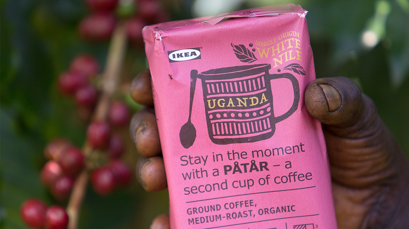 Link to PÅTÅR special edition - A pink package of PÅTÅR special edition 100% Arabica coffee in the hand of a coffee farmer.