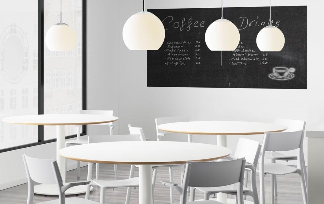 Lisää vain värikkäät annokset. IKEA JANINGE valkoinen tuoli. IKEA BILLSTA valkoinen pöytä, pyöreä ruokapöytä.
