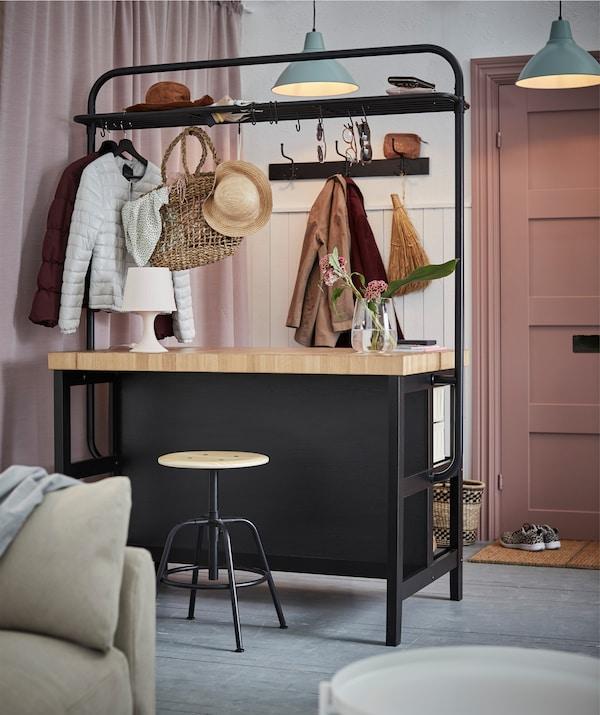 L'isola VADHOLMA può diventare un pratico divisorio tra l'ingresso e il resto di un open-space - IKEA