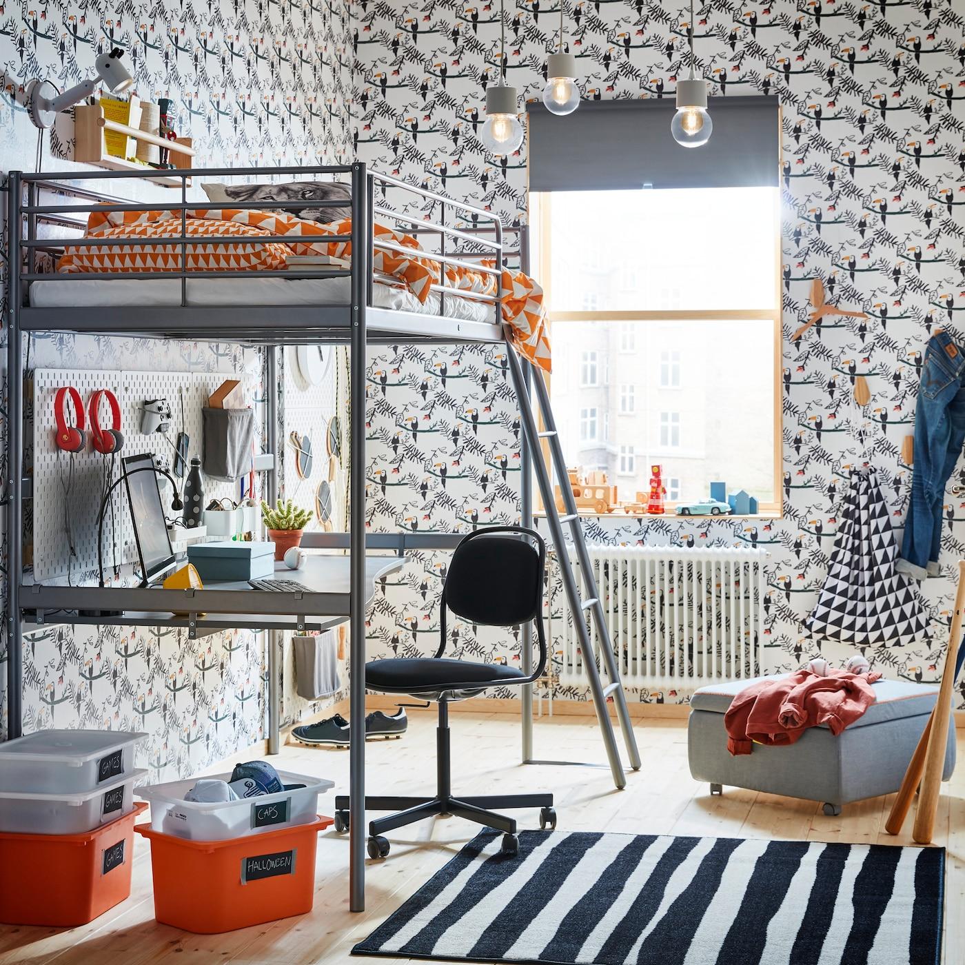 Lit Mezzanine IKEA SVÄRTA En Acier Teinte Argent, Avec Bureau Et Ordinateur  Installés Sous La