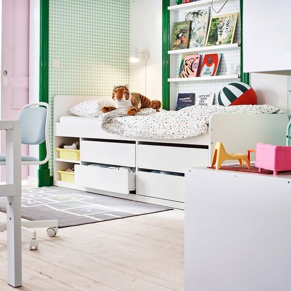 Lit SLÄKT blanc avec rangement dans une chambre d'enfant décorée en rose et vert.