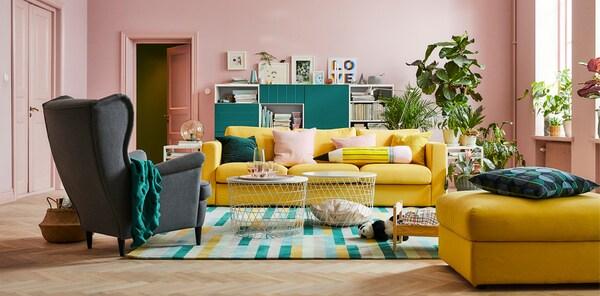 غرفة جلوس غرفة بها كنبة صفراء 3 وجدران وردي.