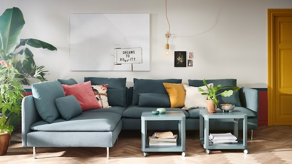 Living room with SODERHAMN sofa, small coffee tables and cozy cushions.