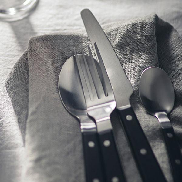 LIVNÄRA-aterimet harmaan pellavaservetin päällä