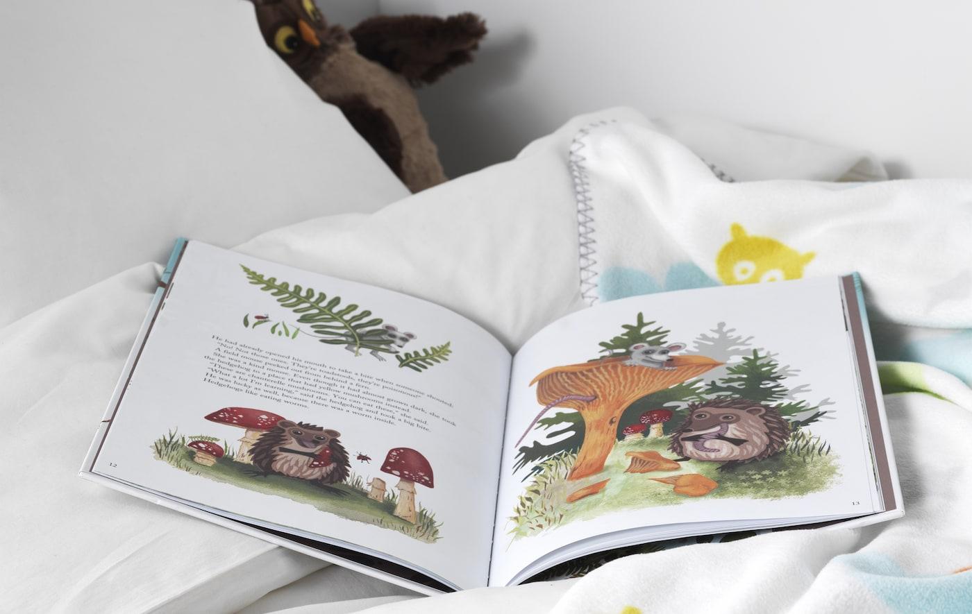 Livre pour enfant ouvert sur un lit.