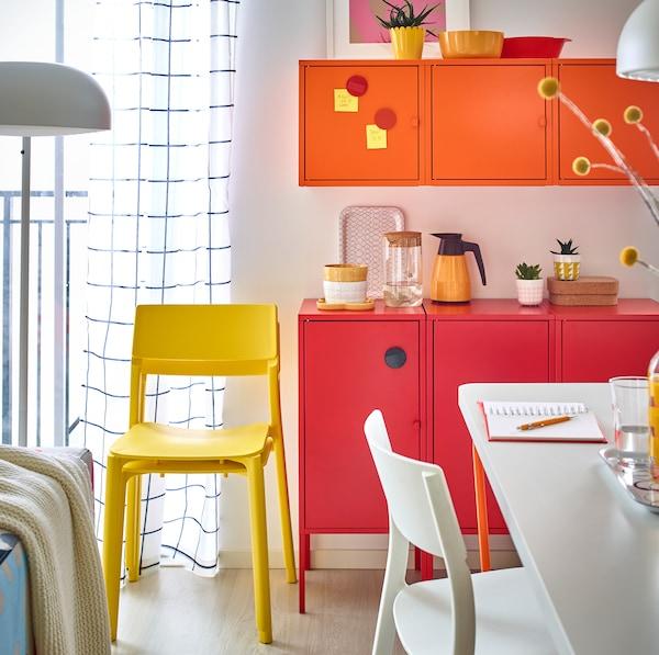LIXHULT خزائن معدنية من ايكيا مطلية باللون الأحمر والبرتقالي اللامع بجانب منطقة الطعام.