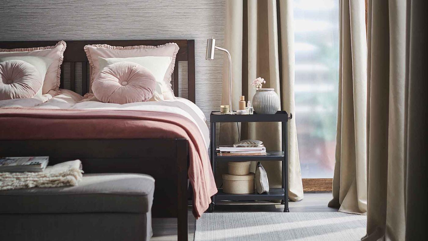 Ljust och prydligt sovrum stylat för våren med BRITNA mörkläggningsgardiner, IDANÄS säng med KRANSKRAGE påslakanset.