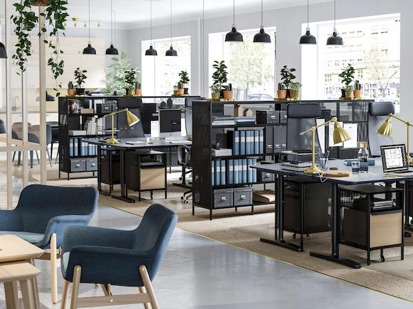 Locaux commerciaux, avec bureaux assis et debout, étagères, chaises et rangement intelligent.