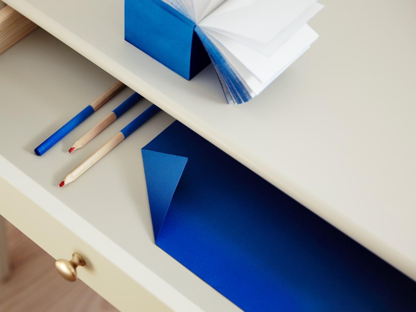 LOMMARP-työpöydässä on käytännöllinen suuri vetolaatikko ja perinteisen tyylinen nuppivedin.