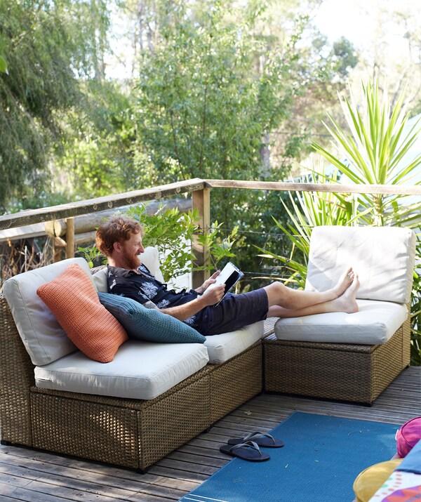 Lorategian dagoen terraza garai bateko kanpoko izkinan aurkitzen den sofa batean erlaxatzen dago Ben