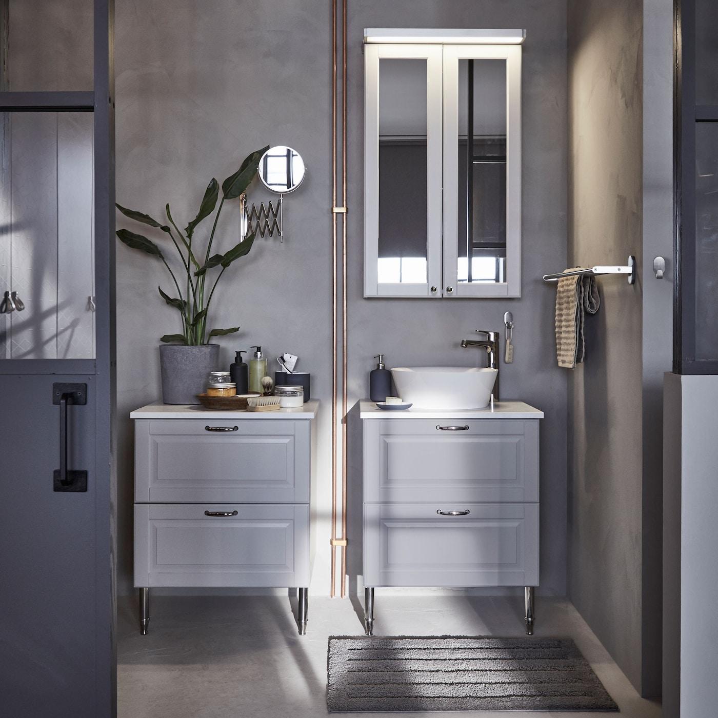 Los gabinetes y cajones para baño IKEA GODMORGON están hechos de madera sólida, mientras que las barras de melamina esconden huellas y marcas de salpicaduras.